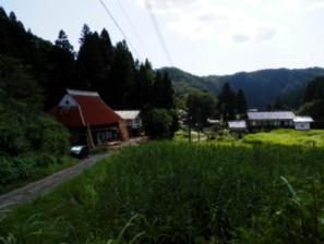 前には田んぼが広がる山間部にあります。