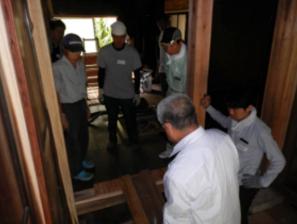 この家は、傾いていました。原因は空き家になり、水路管理がされなかったため、流れてきた雨水が床下を通っていたためです。ジャッキで家を持ち上げ、大工さんの技術で、腐食した柱を取り替えて二度と傾かないように修復しました。