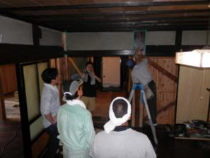 今日、みんなで行う作業は、補強した柱などの色塗り。修繕も最終段階のところの作業です。