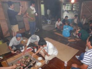 作業終了後は、修繕した家の囲炉裏をを使って、みんなが持ち寄った材料で行う炉端焼き。